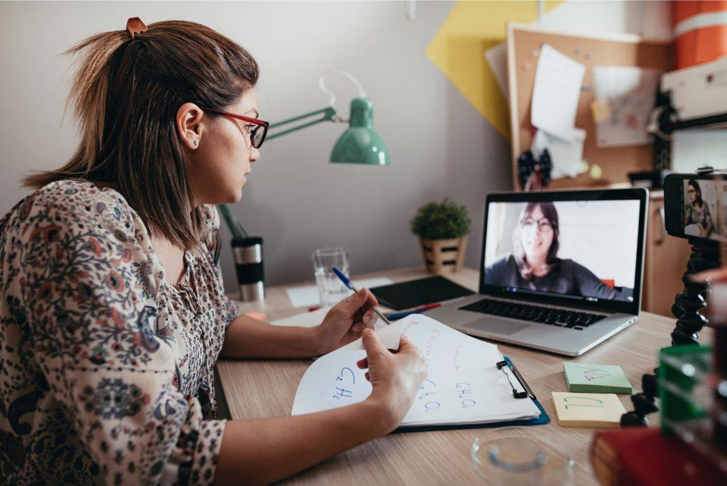 Kvinna som sitter framför datorn på en föreläsning